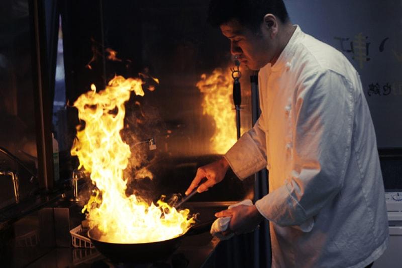 辛味噌を調理している写真